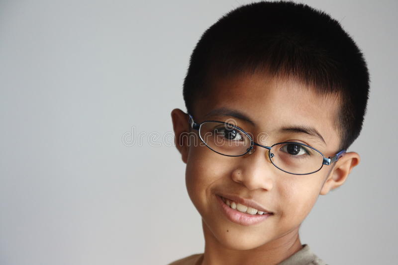 Menino asiático com vidros imagens de stock