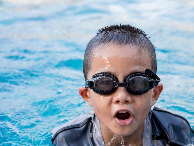 Menino asiático pequeno no terno de natação imagem de stock royalty free