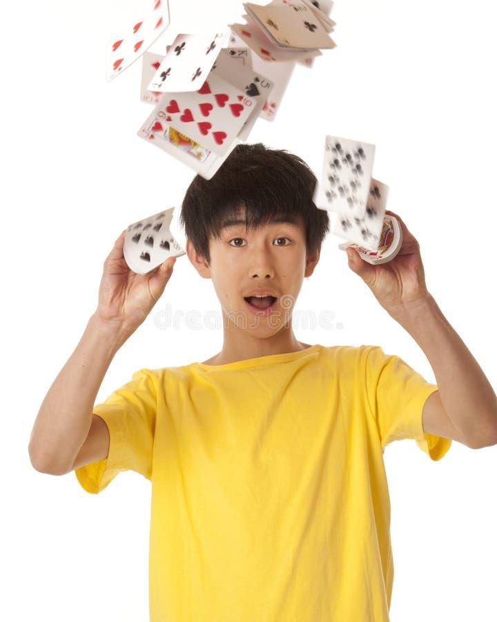 Menino asiático que joga com cartões imagens de stock