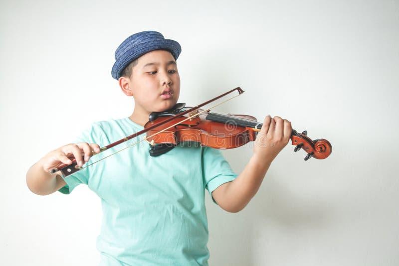 Menino asiático que joga a música do violino imagem de stock royalty free