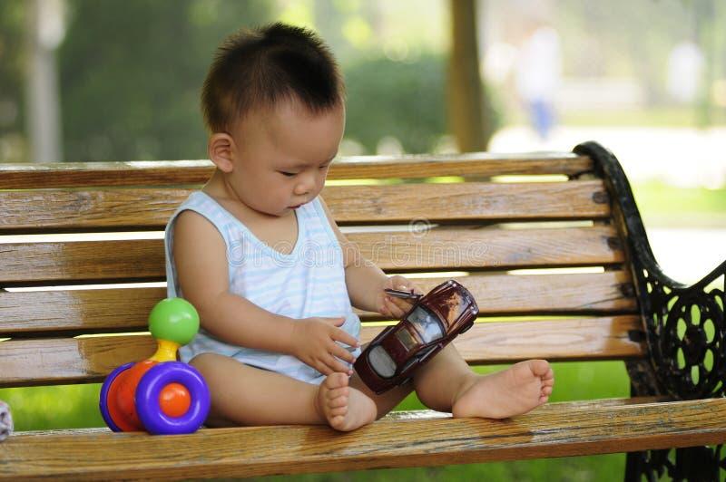 Menino asiático que joga o brinquedo fotografia de stock