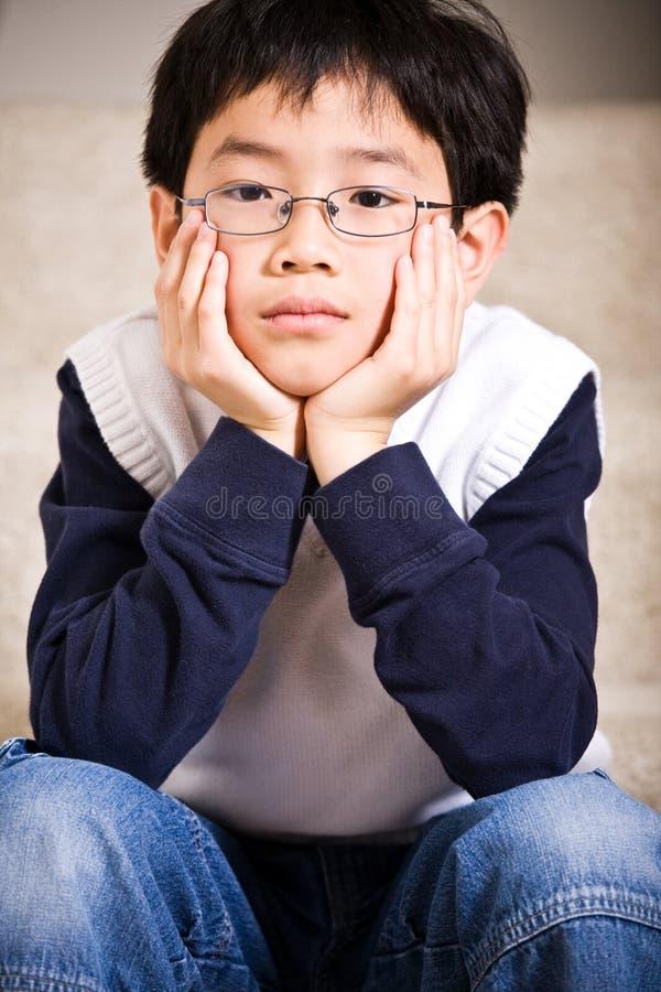 Menino asiático triste fotos de stock