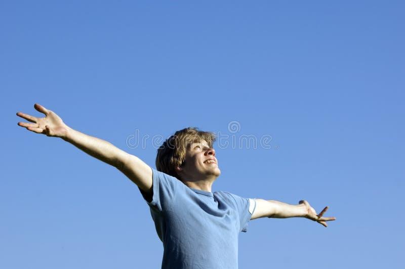 Menino ativo que mostra a felicidade imagens de stock