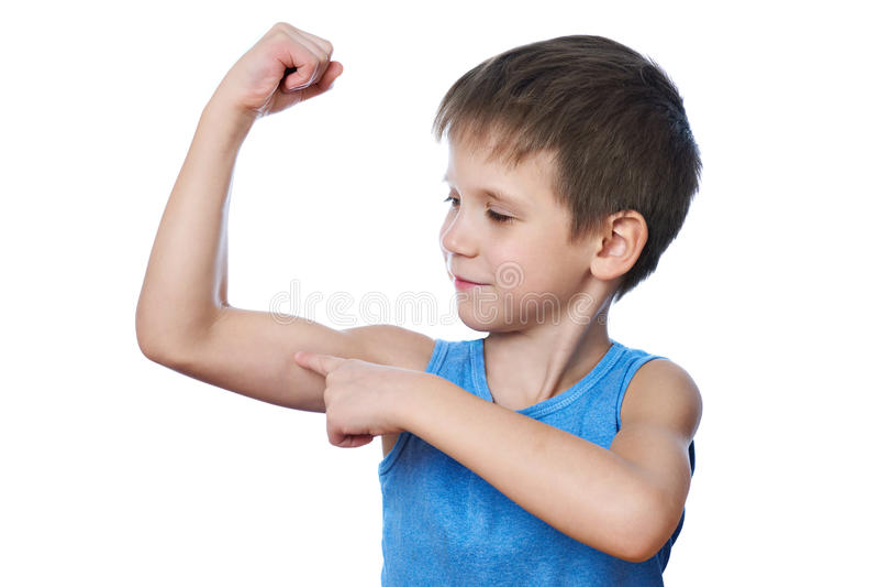Menino atlético pequeno que olha o músculo do bíceps isolado imagens de stock royalty free
