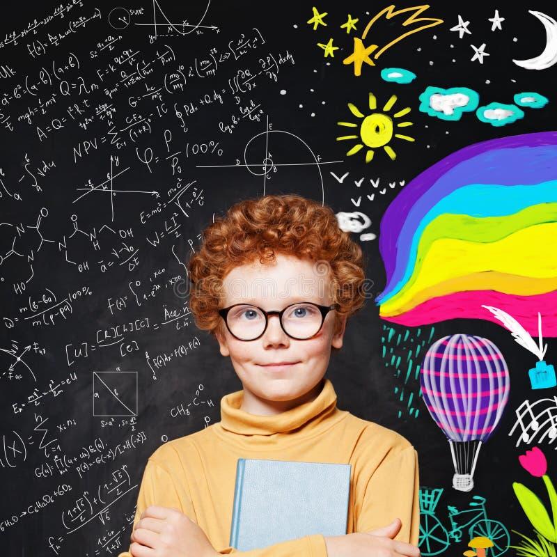 Menino bem sucedido da criança no fundo do quadro-negro com ciência e teste padrão da arte imagem de stock royalty free