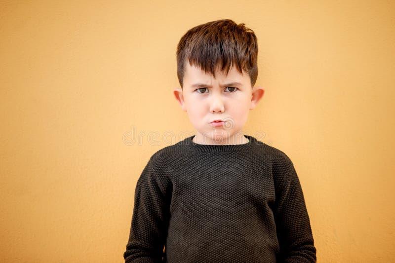 Menino bonito com um mal-humorado fotos de stock