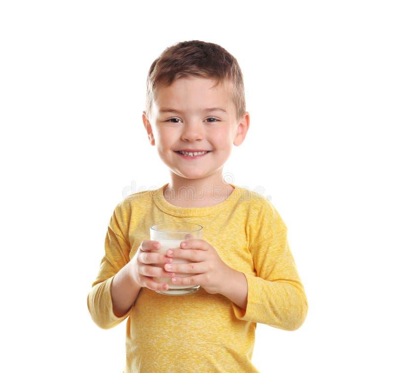 Menino bonito com vidro do leite no fundo branco imagens de stock