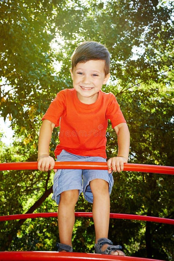Menino bonito de riso no t-shirt vermelho foto de stock royalty free