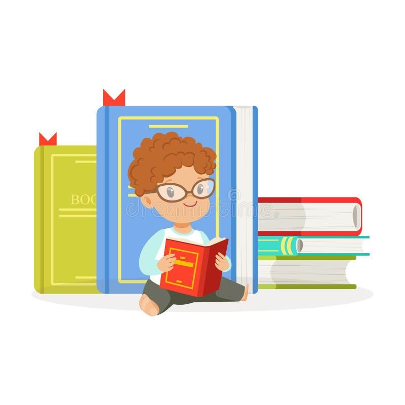 Menino bonito do ruivo que lê um livro ao lado de uma pilha dos livros, criança que aprecia a leitura, ilustração colorida do vet ilustração royalty free