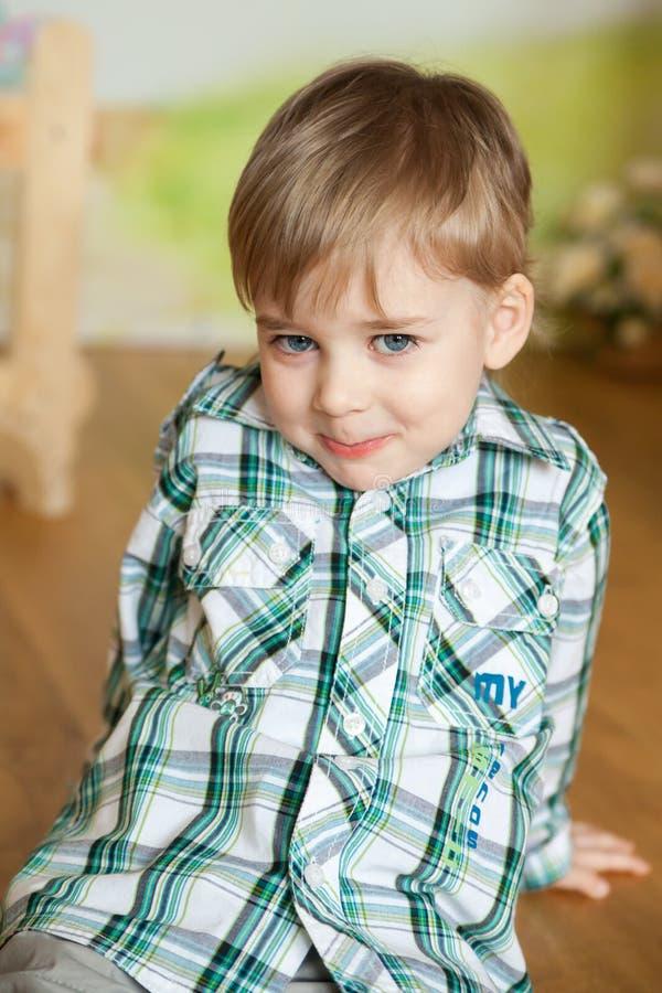 Menino bonito em um estúdio da Páscoa imagens de stock royalty free