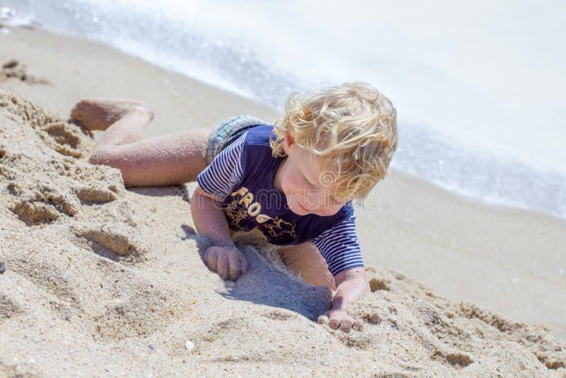 Menino bonito na praia imagens de stock