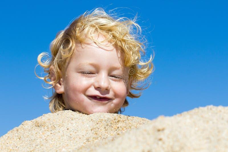 Menino bonito na praia imagem de stock royalty free