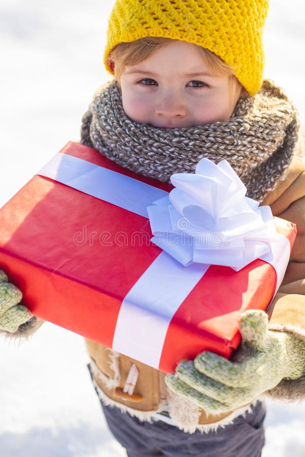 Menino bonito na roupa chap?u do inverno e no fim do len?o acima Conceito dos feriados de inverno Pode voc? ter o feriado maravil foto de stock