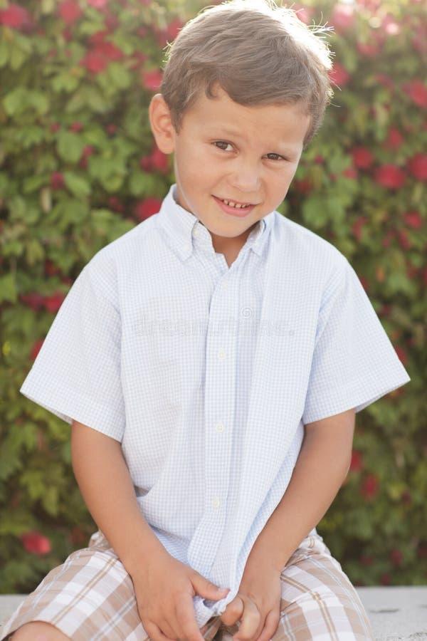 Menino bonito no parque imagem de stock