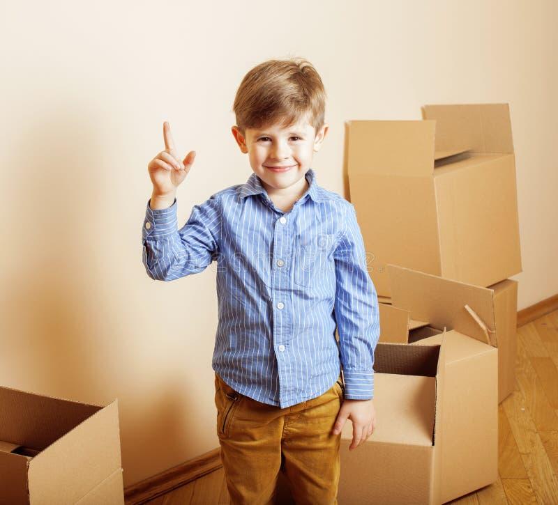 Download Menino Bonito Pequeno Na Sala Vazia, Remoove à Casa Nova Caixas Sozinhas Home Do Emong Foto de Stock - Imagem de feliz, correio: 65578862