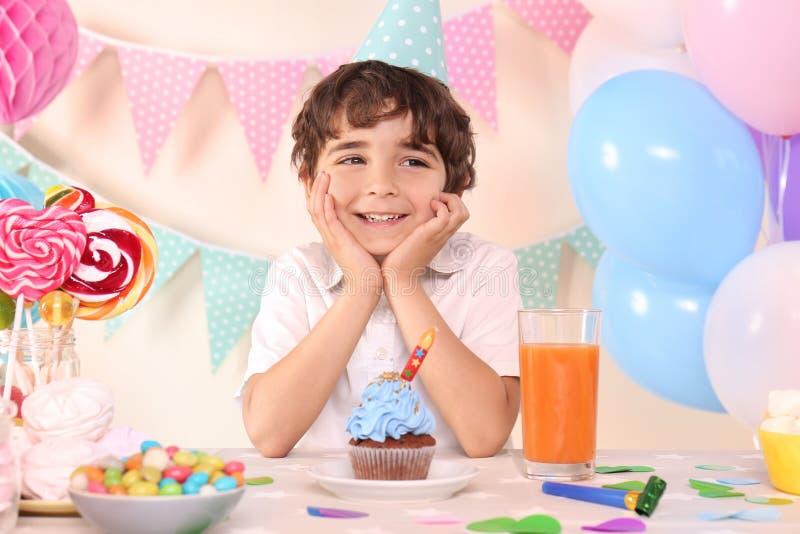 Menino bonito que comemora o aniversário em casa imagem de stock royalty free