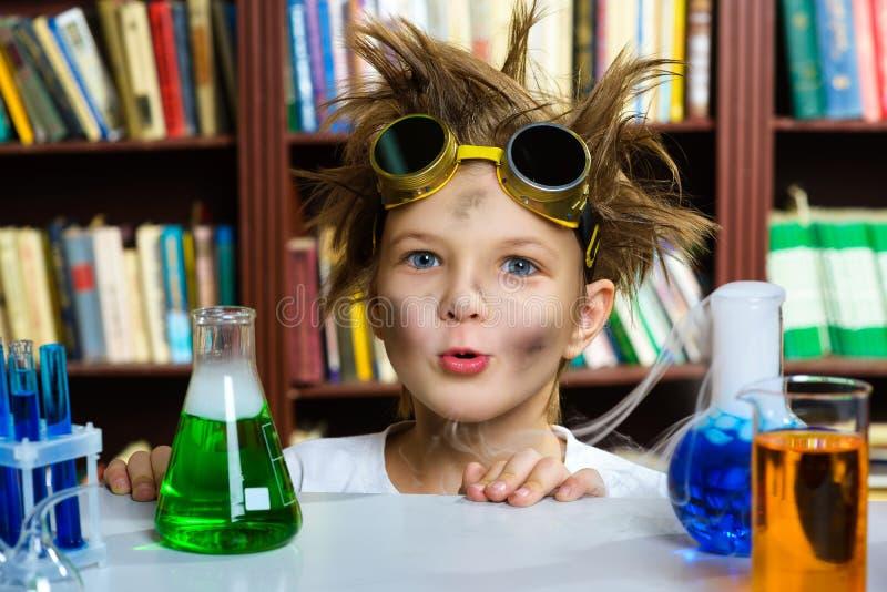 Menino bonito que faz a pesquisa da bioquímica na química imagem de stock