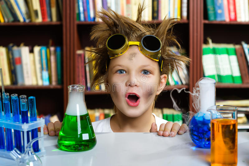 Menino bonito que faz a pesquisa da bioquímica na química fotografia de stock royalty free