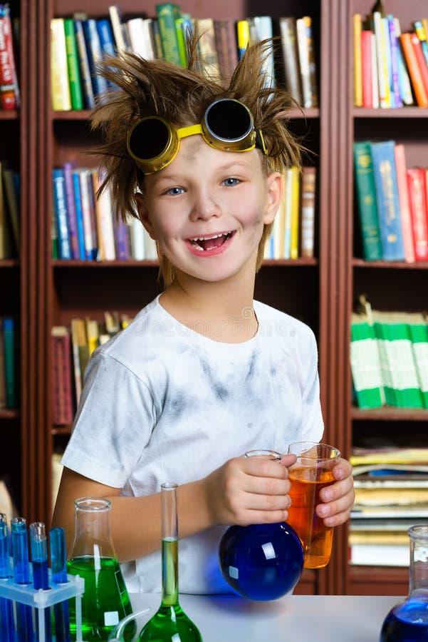 Menino bonito que faz a pesquisa da bioquímica na química imagens de stock royalty free