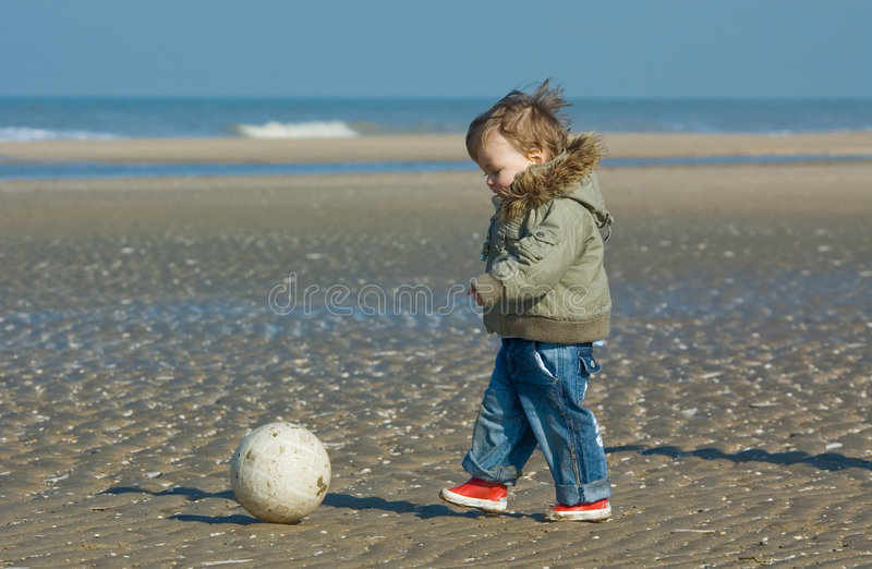 Menino bonito que joga o futebol fotografia de stock