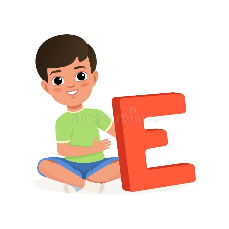 Menino bonito que senta-se com pés cruzados e que guarda a letra grande E Personagem de banda desenhada da criança Jogo educacion ilustração stock