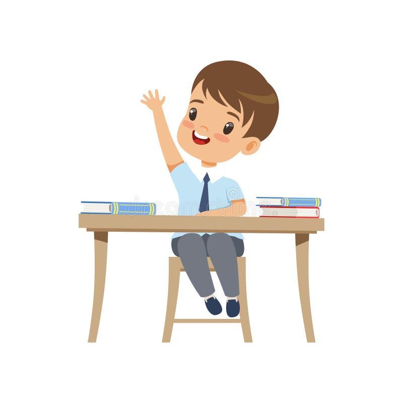 Menino bonito que senta-se na mesa e que aumenta sua mão, estudante da escola primária na ilustração uniforme do vetor em um bran ilustração stock