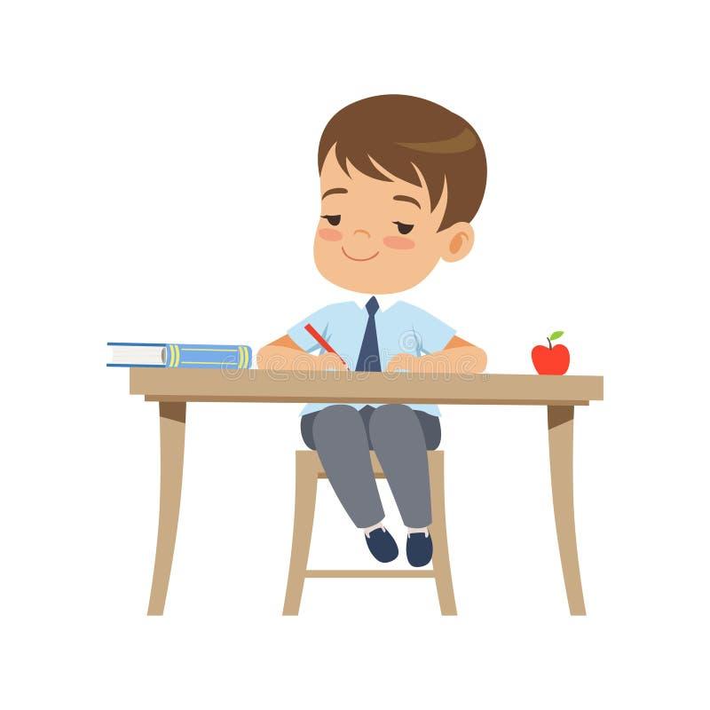 Menino bonito que senta-se na mesa e na escrita, estudante da escola primária na ilustração uniforme do vetor em um fundo branco ilustração do vetor