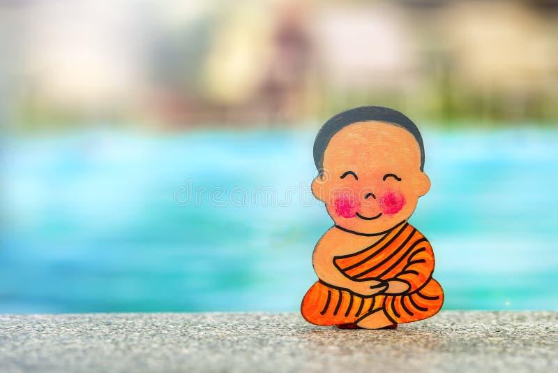 Menino budista nas férias que sentam-se no verão feliz da posição de Lotus na borda da associação Feche acima, copie o espa?o imagens de stock royalty free