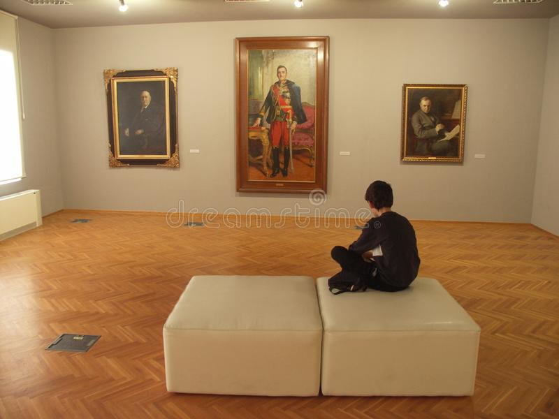 Menino cansado em um museu fotos de stock royalty free