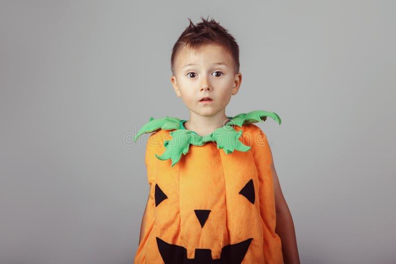 menino caucasiano branco engra?ado vestido como a ab?bora para Dia das Bruxas imagens de stock royalty free