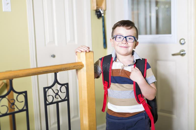 Menino caucasiano da criança de 6 anos bonito dentro do pré-escolar home fotografia de stock royalty free