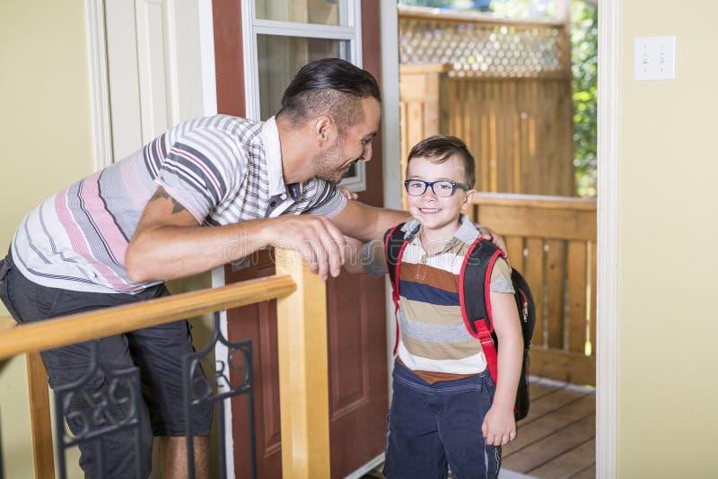 Menino caucasiano da criança de 6 anos bonito dentro do pré-escolar home foto de stock