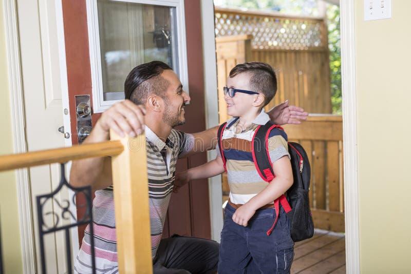 Menino caucasiano da criança de 6 anos bonito dentro do pré-escolar home fotos de stock