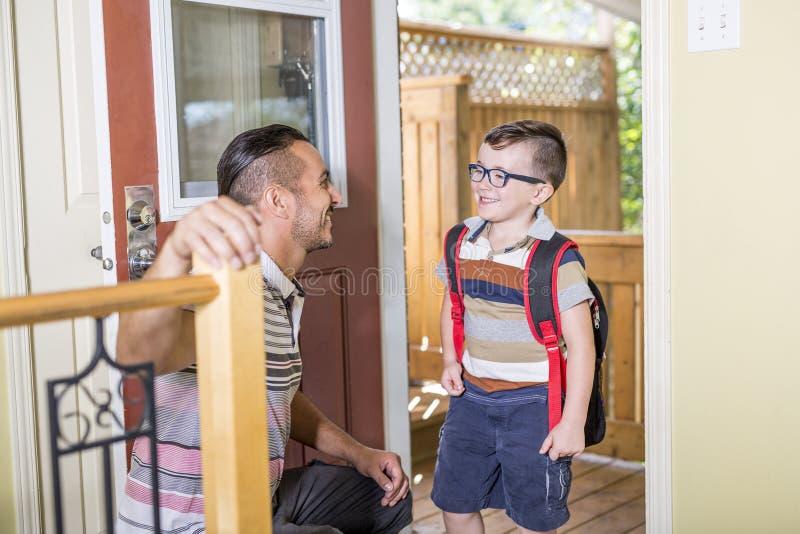 Menino caucasiano da criança de 6 anos bonito dentro do pré-escolar home fotografia de stock