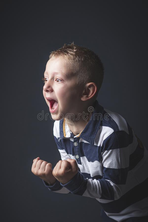 Menino caucasiano da criança da criança de 6 anos que grita no desespero imagens de stock