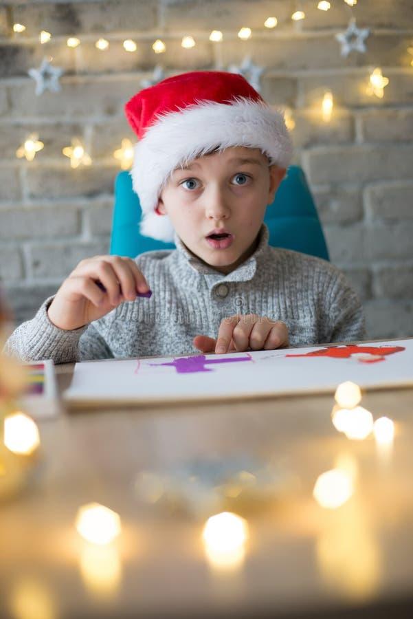 Menino chocado no tampão de Santa Claus fotos de stock