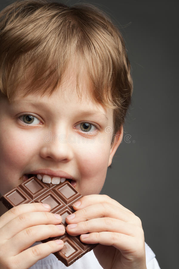 menino com barra de chocolate imagens de stock