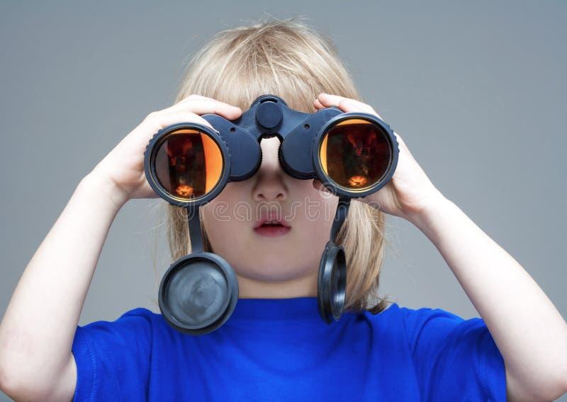 Menino com binaculars foto de stock royalty free