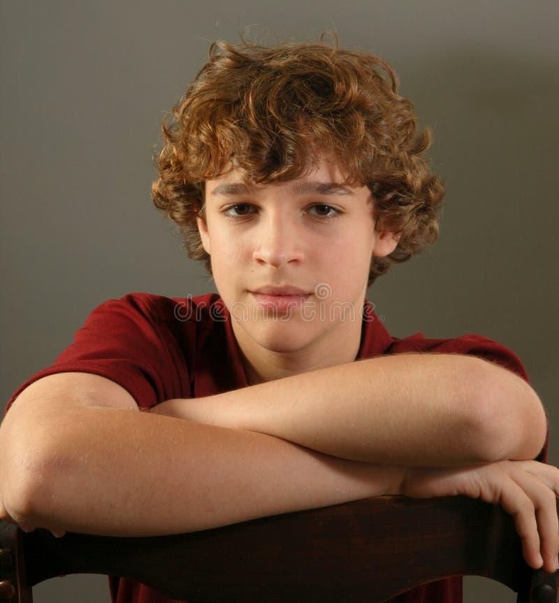 Menino com cabelo curly, retrato fotografia de stock
