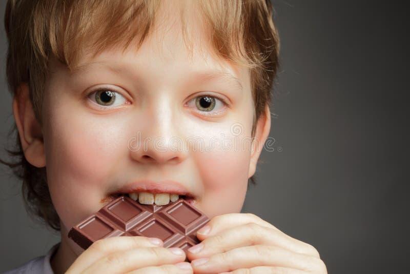 Menino com chocolate fotografia de stock