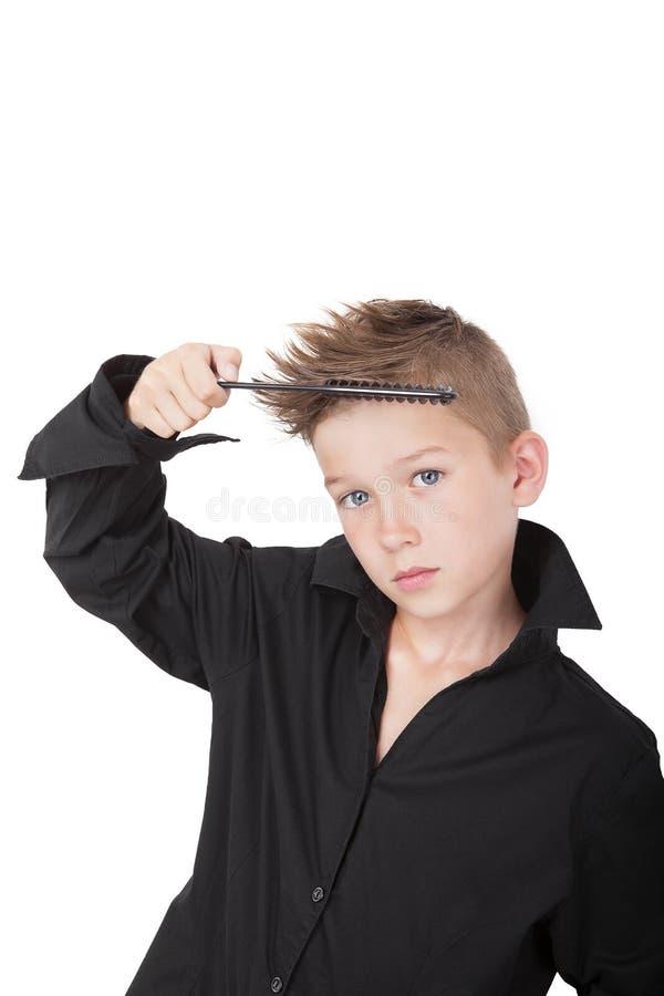 Menino com corte de cabelo fresco do moderno. fotos de stock royalty free