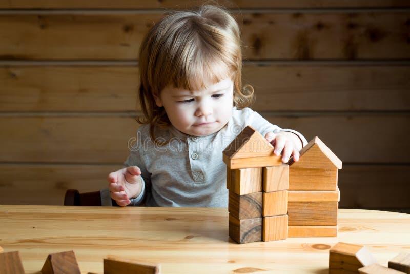 Menino com cubos de madeira fotografia de stock