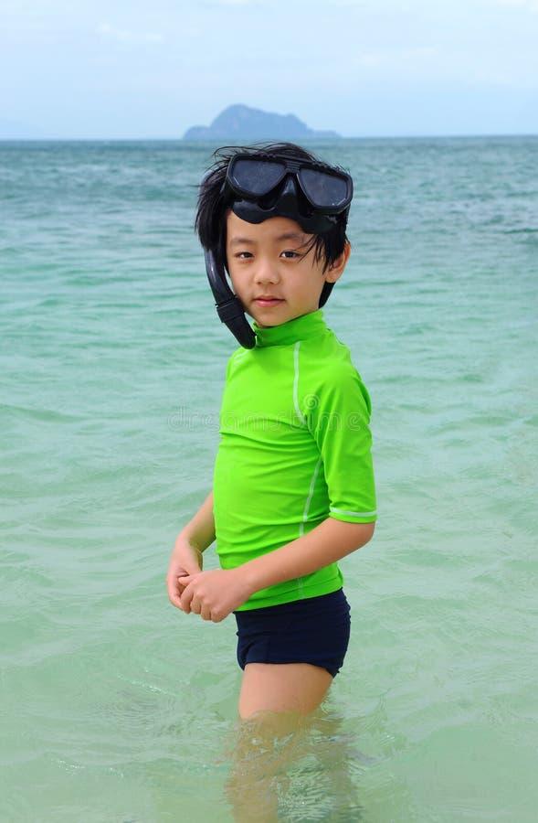 Menino com engrenagem snorkeling imagem de stock