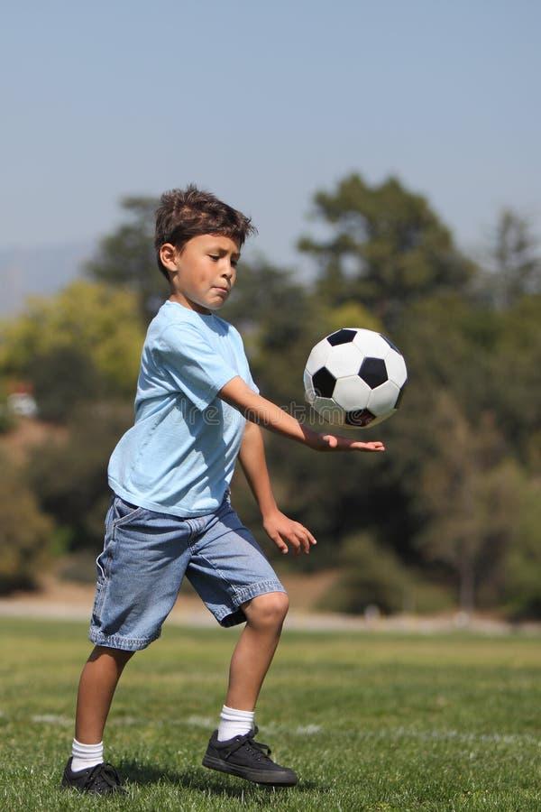 Menino com esfera de futebol imagem de stock