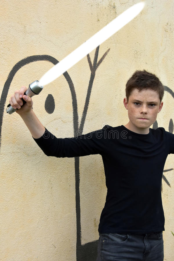 Menino com espada do laser fotografia de stock