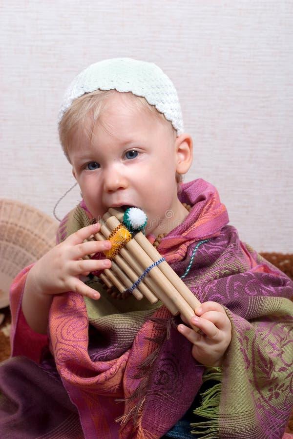 Menino com flauta da bandeja fotografia de stock