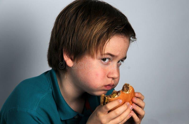 menino com fome imagens de stock