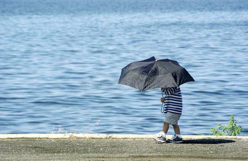 Menino com guarda-chuva fotografia de stock