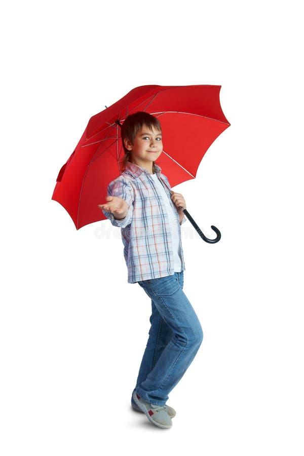 Menino com guarda-chuva vermelho imagem de stock royalty free