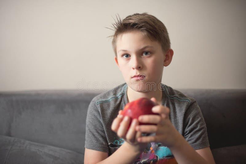 Menino com maçã imagem de stock